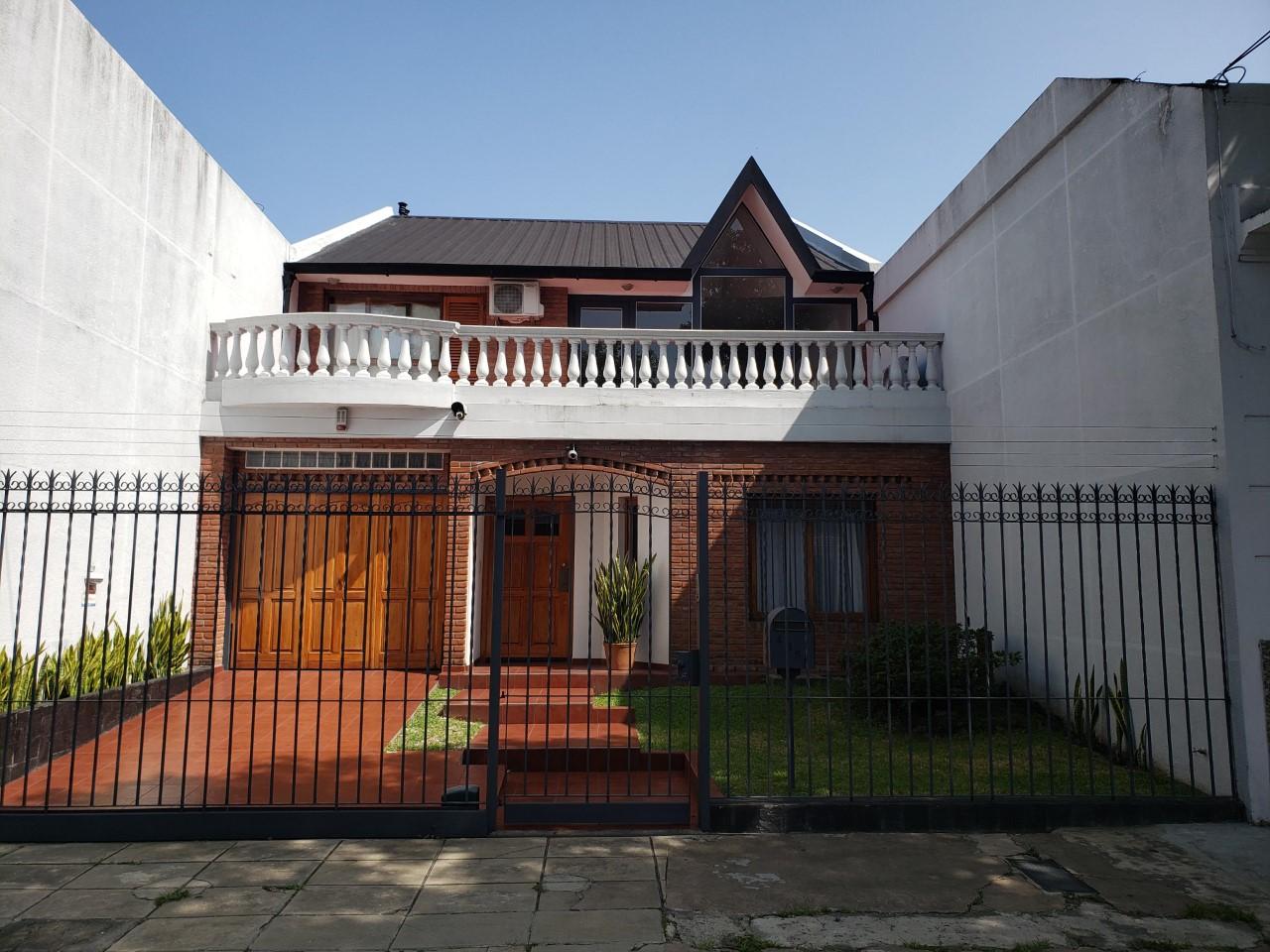 Hermosa Casa de 4 Amb. con Garage.